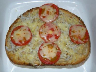フルーツトマトと腰越シラスの即席ピザ
